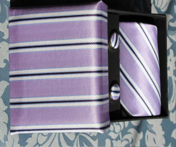 Krawatte mit Manschettenknöpfen und Einstecktuch